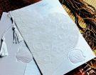 Invitatie de nunta alb sidefat cu folie si franjuri