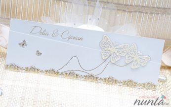 Invitatie alba cu motive florale si fluturi aurii