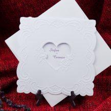 Invitatie de nunta alba cu motive florale embosate