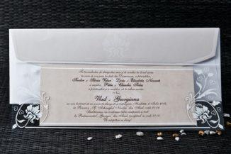 Invitatie de nunta bej cu modele in relief