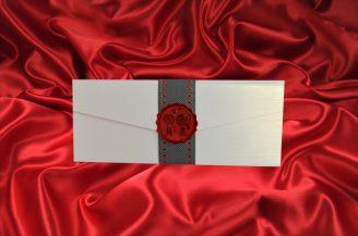 Invitatie de nunta crem sidefat in forma de plic cu sigiliu rosu