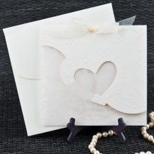 Invitatie de nunta ecru cu inima si fluturas