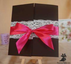 Invitatie neagra eleganta cu dantela si funda roz