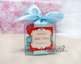 Marturie de nunta macarons cu fundita bleu si eticheta rosie